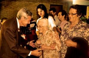 dona-florentina-cantero-valdez-ingreso-caminando-al-tinglado-multiuso-de-la-municipalidad-de-caapucu-a-sus-casi-110-anos-de-edad-_595_387_1086281