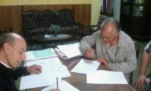 firma-de-contrato-de-construcion-de-bano-publico